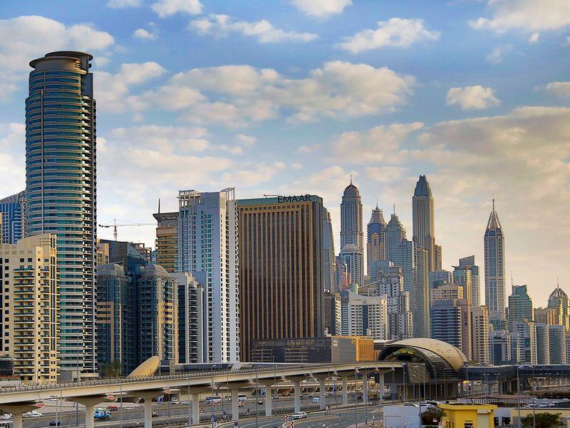 يقع جميرا ليفينج مارينا جيت بالقرب من خطوط المواصلات الرئيسية بما في ذلك مترو دبي وترام دبي وسيارات الأجرة المائية والممرات ، وهو متصل جيدًا بالمدينة وعلى بعد مسافة قصيرة سيرًا على الأقدام من أماكن تناول الطعام والترفيه والرياضة والاستجمام في واحدة من أكثر الأماكن جاذبية في دبي المواقع.